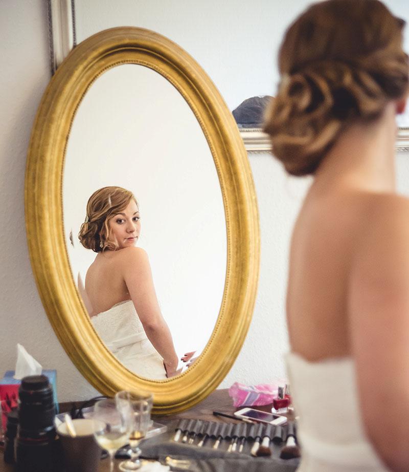 Brautstyling Spiegel Blick Making of