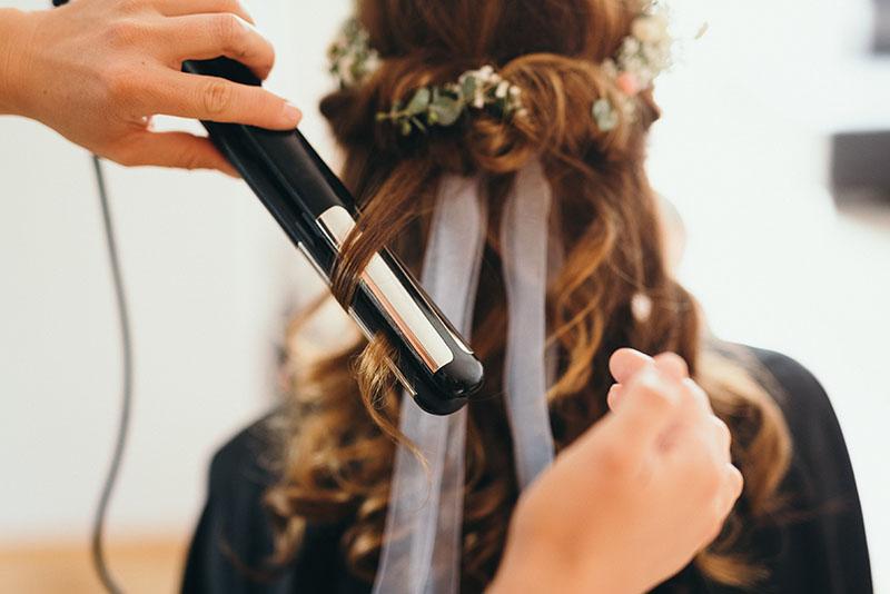 Brautfrisur Locken Halboffen Haarkranz Frisurensyling Braut