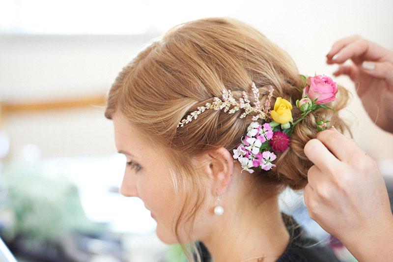 Brautfrisur Frisur Blumen Steckfrisur echte Blumen Haarstyling