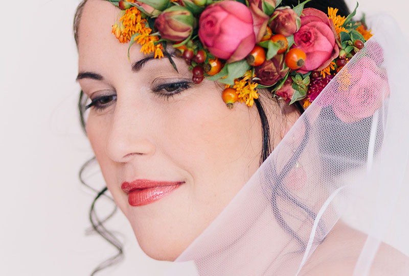 Blumen Braut Locken Steckfrisur Pink