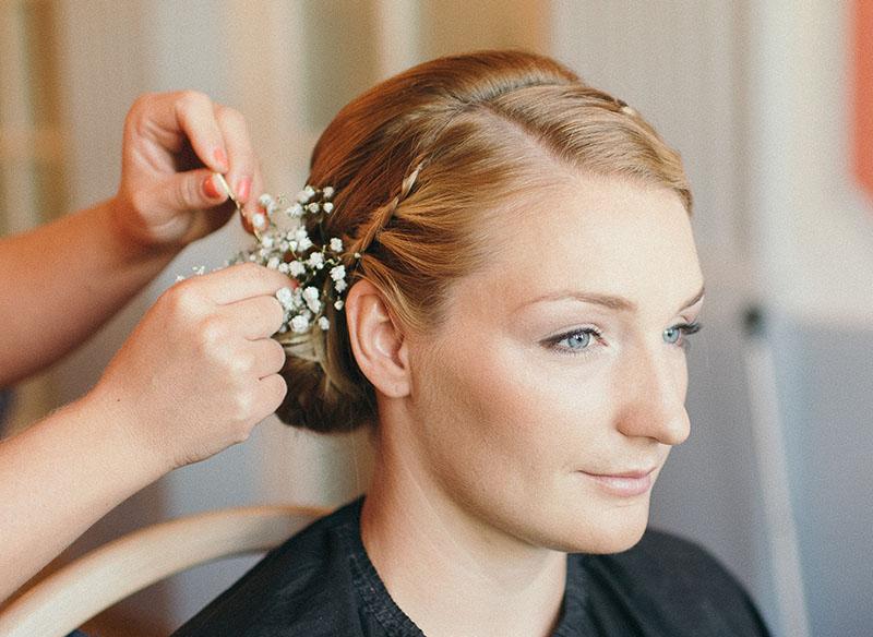 Brautfrisur Schleierkraut Making of klassische Brautfrisur Blumen