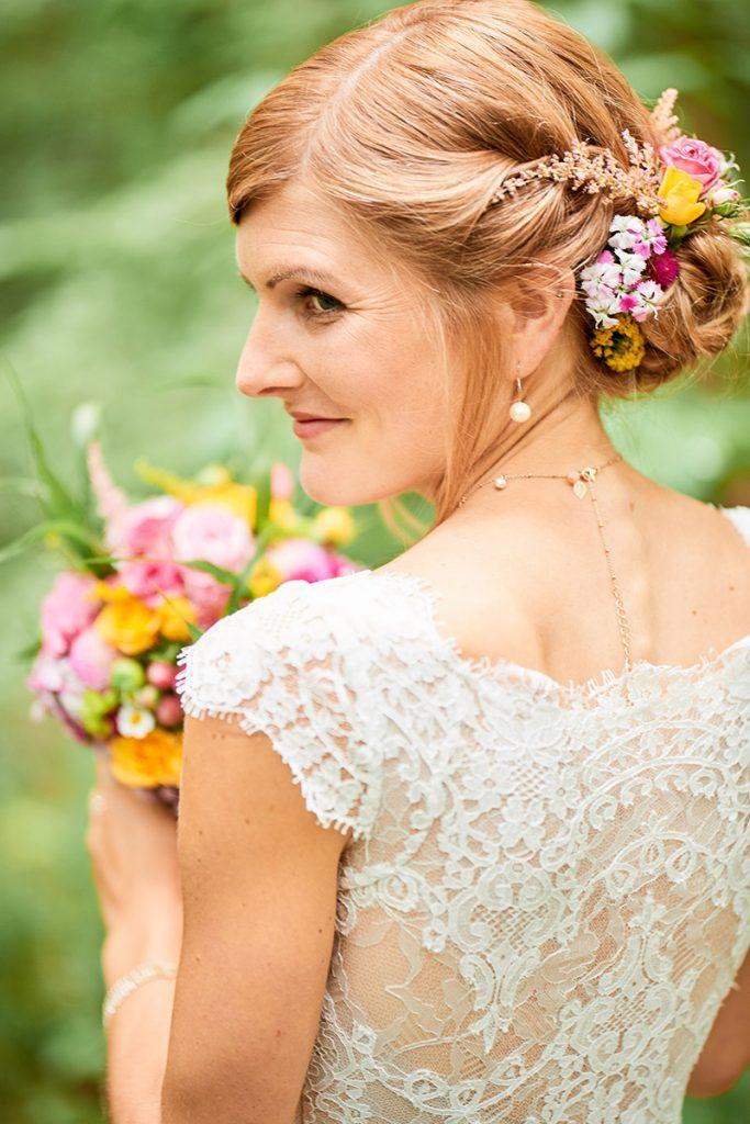 Portrait Braut Sommer Blumen Blumen im Haar Steckfrisur Lace Spitze